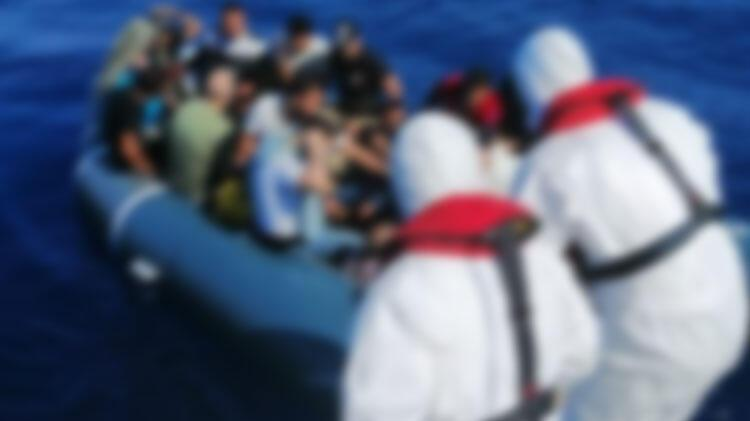Tunus açıklarında tekneleri batan 100 düzensiz göçmen kurtarıldı